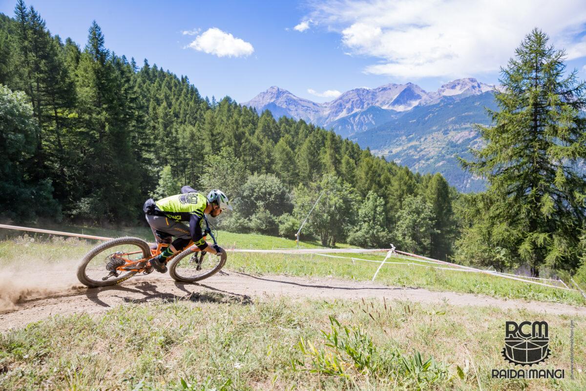 Un biker percorre un sentiero del bike park di Sauze d'Oulx