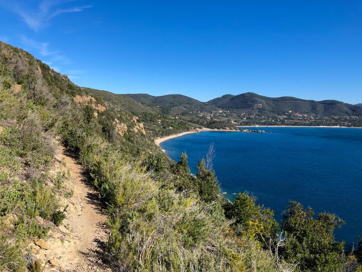 Un sentiero costeggia la bellissima costa dell'isola d'Elba vicino a Lacona.